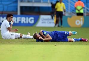Momento após o choque entre Suárez e Chiellini Foto: JAVIER SORIANO / AFP