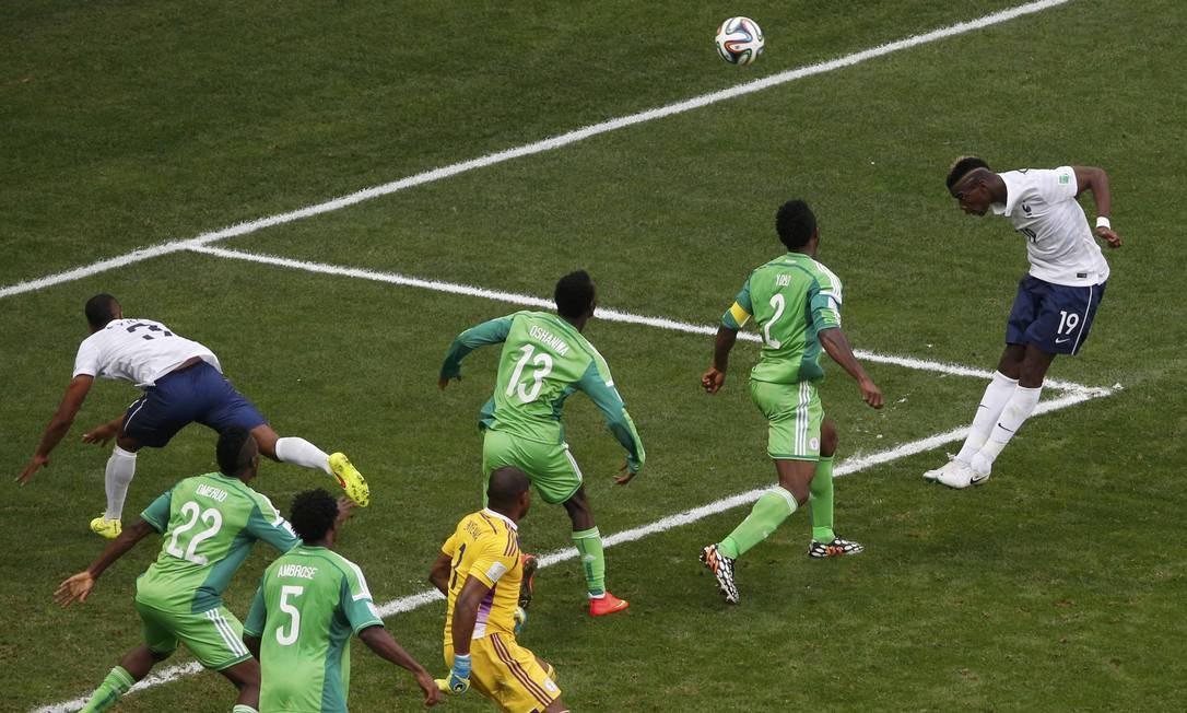 Pogba (à direita) aproveita o rebote e marca o primeiro da França Foto: DAVID GRAY / REUTERS