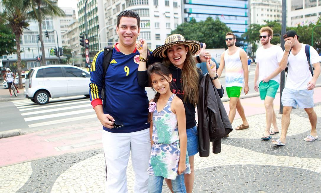 Andrés Felipe Restrepo com a mulher e a filha: 'somos um time, e não um grupo escalado em função de um jogador' Foto: Marcelo Piu / Agência O Globo