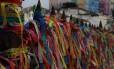 Onipresentes. As fitinhas são oferecidas O assédio de vendedores de fitinhas aos turistas é visto como problema
