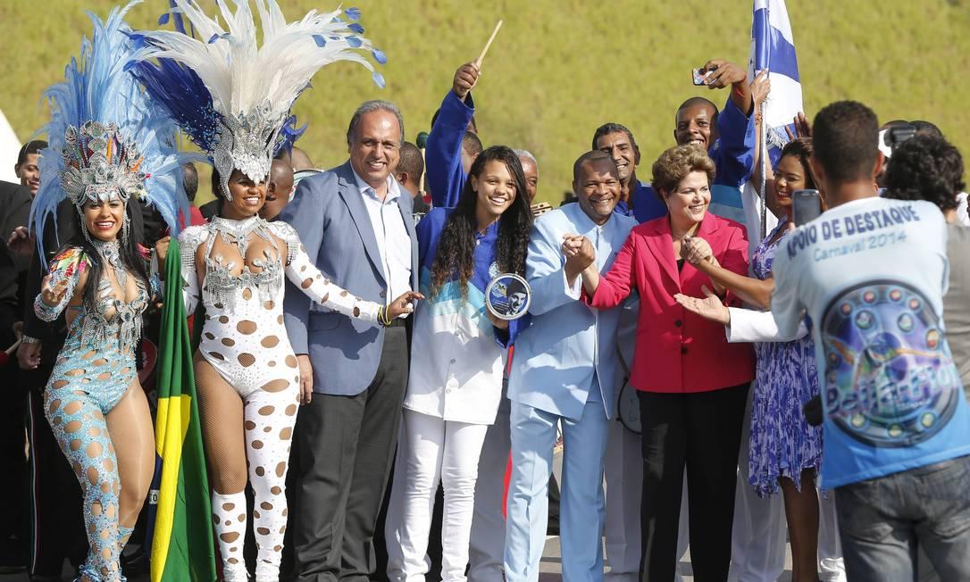 A presidente Dilma Roussef e o governador Pezão ao lado de sambistas na inauguração do primeiro trecho do Arco Metropolitano Foto: Pablo Jacob / O Globo