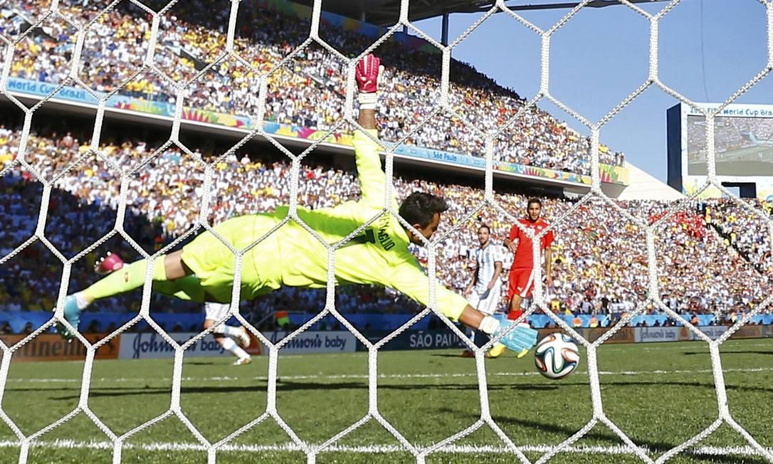 O argentino Di Maria acerta um belo chute e marca o gol da vitória Foto: PAUL HANNA / REUTERS