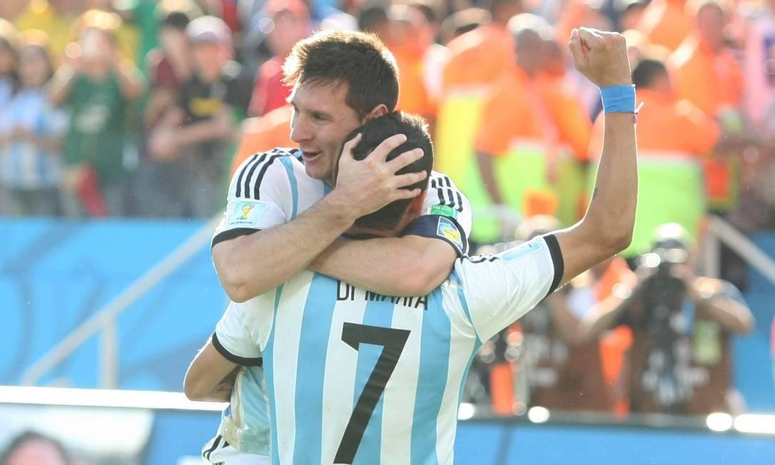 Messi e Di Maria comemoram o gol que deu a vitória para Argentina sobre a Suíça Foto: Michel Filho / Agência O Globo