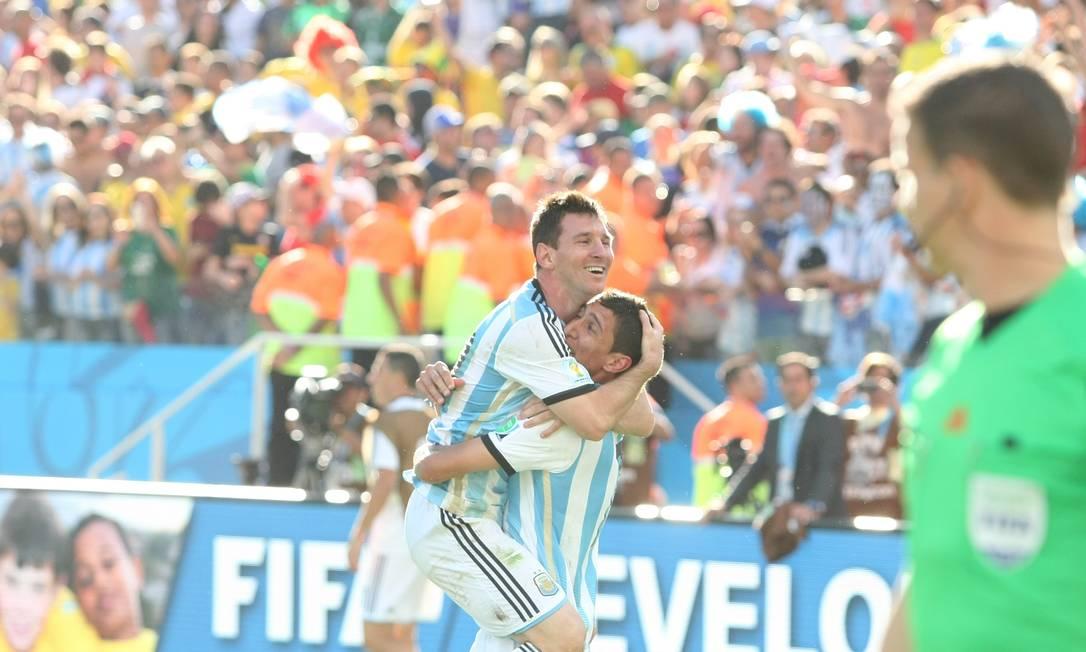 Messi abraça Di Maria, autor do gol da vitória argentina sobre a Suíça Foto: Agência O Globo