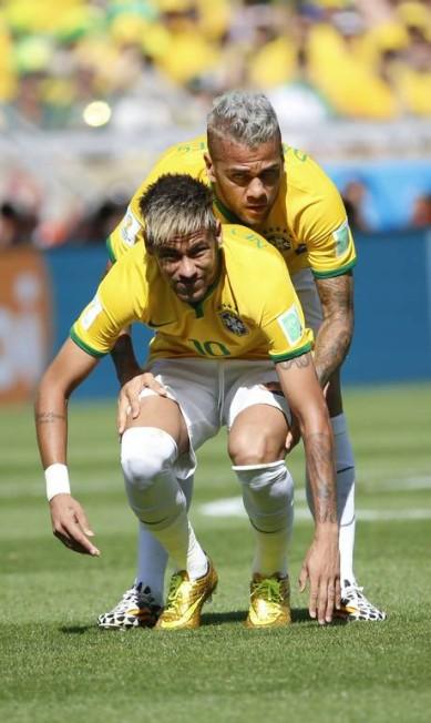 Pode isso, Dani Alves? O ângulo realmente desfavoreceu os jogadores da seleção durante a partida contra o Chile, no Mineirão Foto: Ivo Gonzalez / Agência O Globo