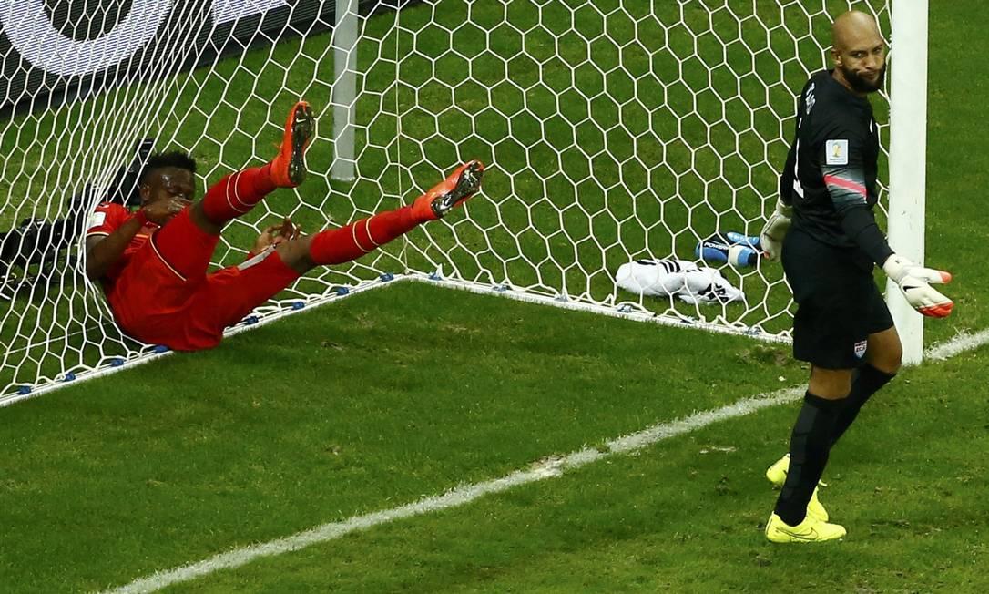 Após tanto esforço físico, o belga Divock Origi estaria tão cansado que resolveu deitar na rede? Foto: RUBEN SPRICH / REUTERS