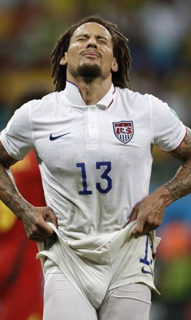 O meia americano Jermaine Jones também quase mostra demais... Foto: ADRIAN DENNIS / AFP