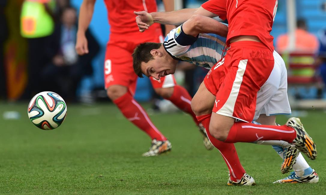 Aonde você vai, Messi? Foto: NELSON ALMEIDA / AFP