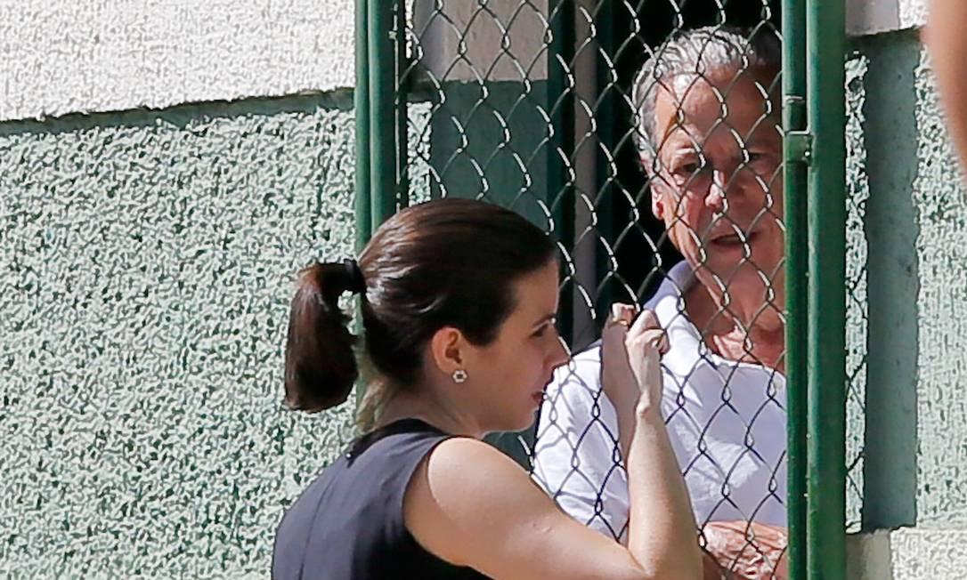 Dirceu conversa com advogada após ser transferido no início da tarde desta quarta-feira Foto: Pedro Ladeira/Folhapress /