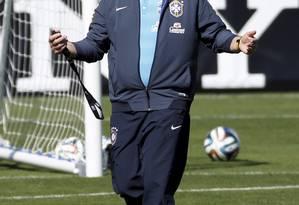 O técnico Luiz Felipe Scolari caminha na Granja Comary Foto: Custódio Coimbra