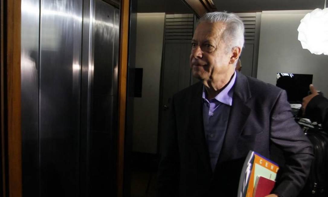 Dirceu chega ao 9º andar para o trabalho Foto: Ailton de Freitas / O Globo