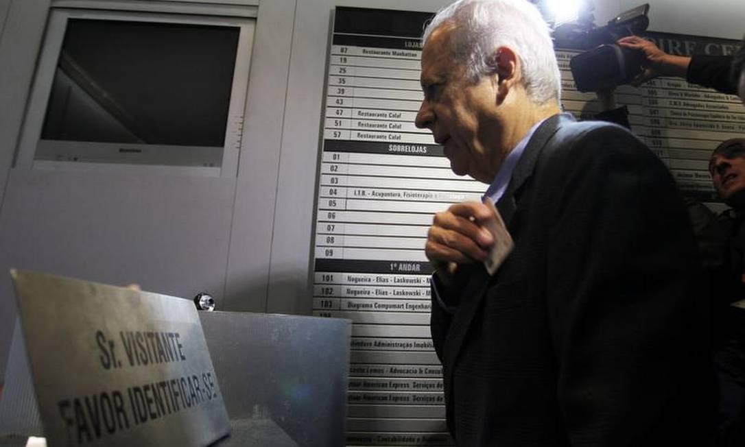 José Dirceu se identifica na portaria do prédio Foto: Ailton de Freitas / O Globo