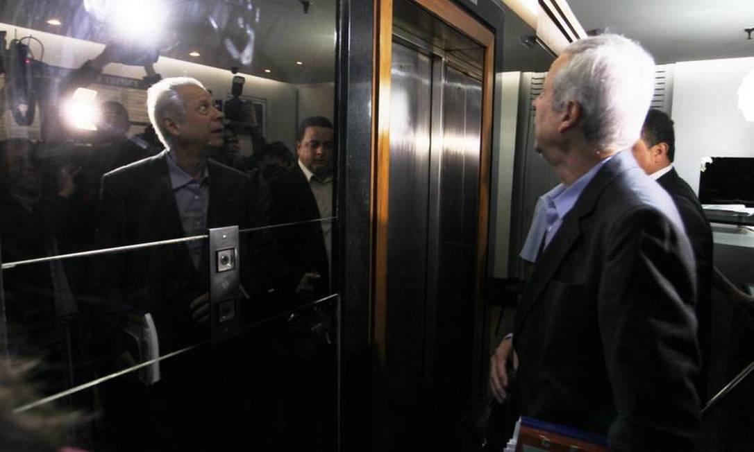 Dirceu espera o elevador para ir ao trabalho Foto: Ailton de Freitas / O Globo/Arquivo