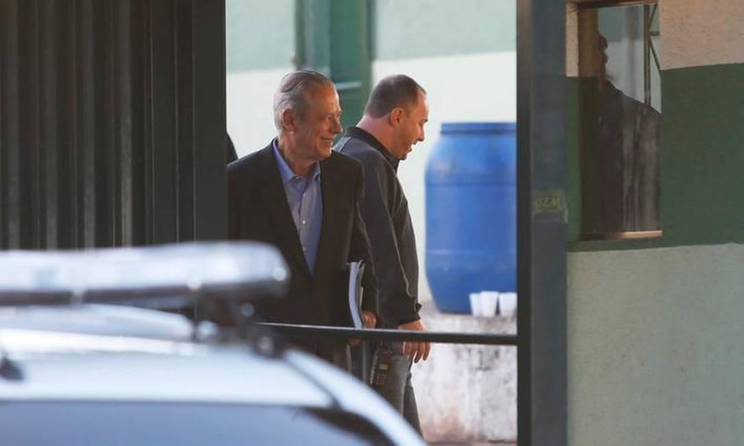 Dirceu deixou o prédio sozinho, às 7h25m Foto: Jorge Willian / O Globo