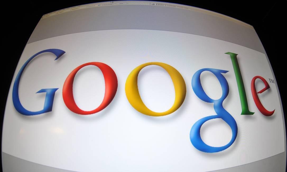 Logo da Google na tela de um computador: empresa tem se esforçado para retirar conteúdos explícitos dos seus serviços Foto: KAREN BLEIER / AFP