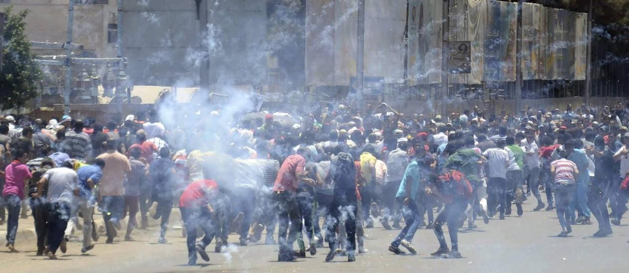 Simpatizantes de Mursi entram em confronto com a polícia no Cairo: bombas de gás lacrimogêneo foram lançadas contra manifestantes Foto: AL YOUM AL SAABI / REUTERS
