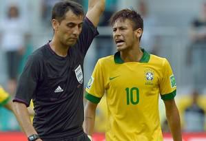 O árbitrio uzbeque Ravshan Irmatov mostrou cartão amarelo a Neymar, no jogo entre Brasil e Itália, na Copa das Confederações Foto: VINCENZO PINTO / AFP