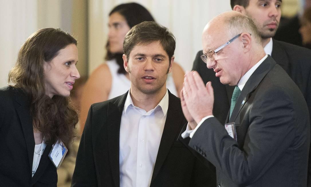 O ministro da Economia, Axel Kicillof (ao centro) com o chanceler Hector Timerman (à direita), durante o encontro na OEA Foto: JIM WATSON / AFP