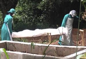 Médicos carregam corpo de vítima em Serra Leoa, doença já atingiu 467 óbitos Foto: Stringer / Reuters