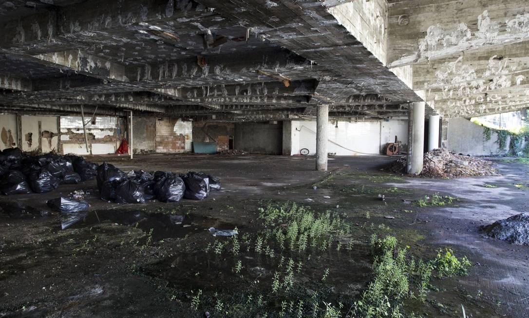 Dentro do prédio, há muita umidade e até mato crescendo Ana Branco / Agência O Globo