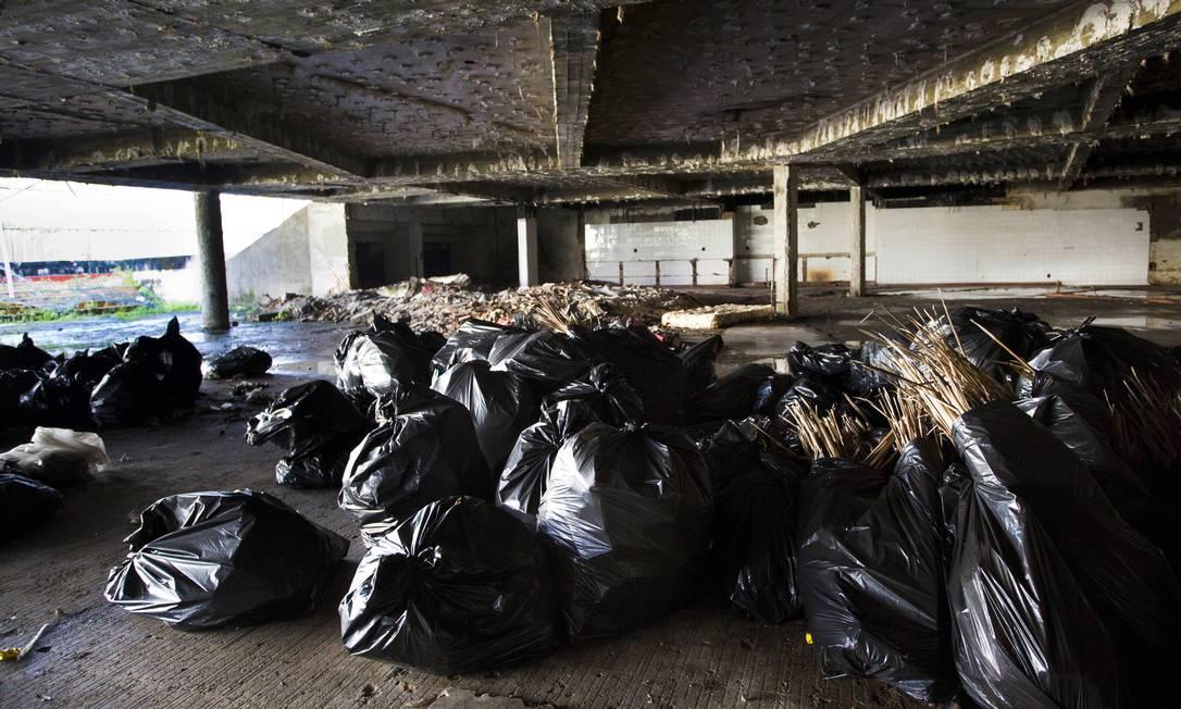 Na semana passada, sacos de entulho podiam ser vistos no interior do edifício Ana Branco / Agência O Globo