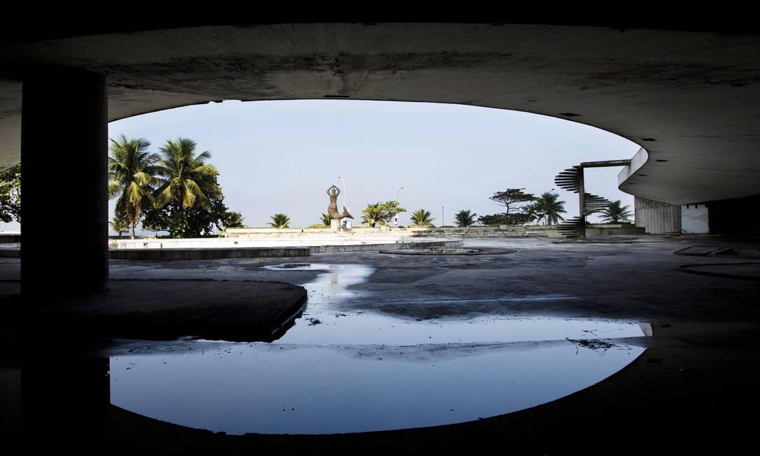 Outro destaque do projeto de Niemeyer foi a rampa de 150 metros que levava ao jardim de Burle Marx, ao playground, heliponto e solário Ana Branco / Agência O Globo