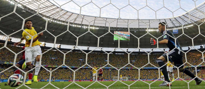 Diante da Colômbia, capitão Thiago Silva mostrou logo aos sete minutos de partida que estava focado e a fim de responder às críticas pelo choro no jogo contra o Chile Foto: Manu Fernandez / AP