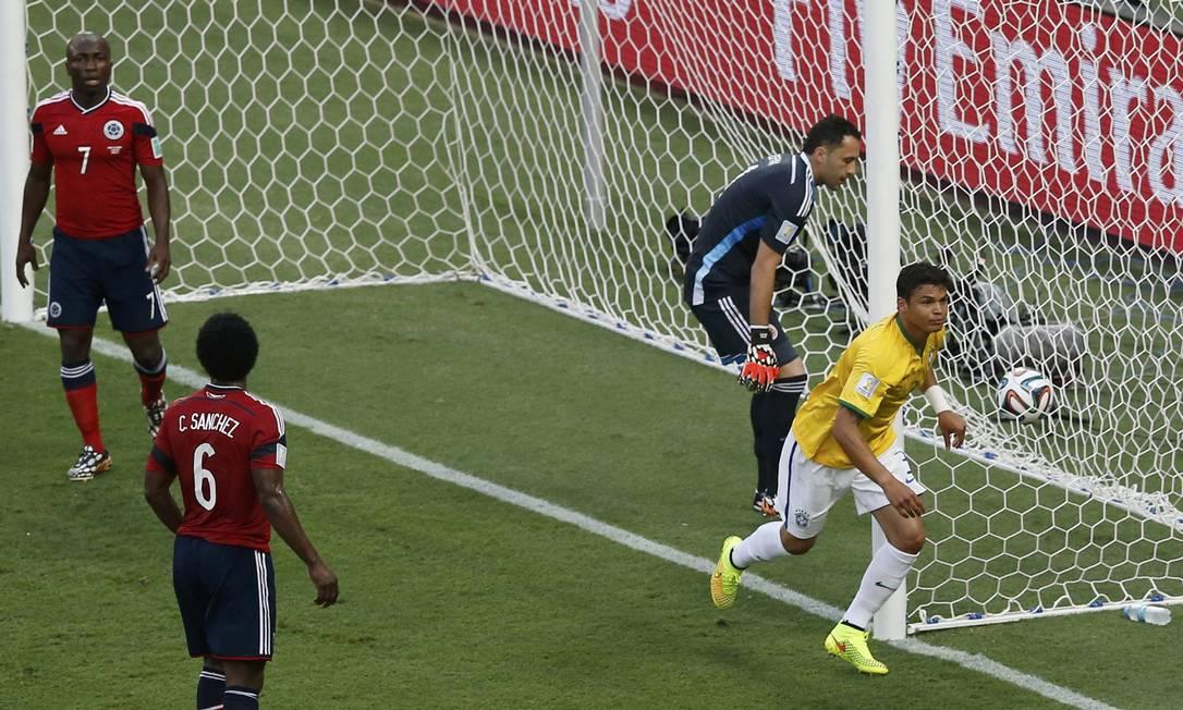 Diante do lateral colombiano Armero (7), de Carlos Sanchez (6) e do goleiro Ospina, Thiago Silva corre para festejar. Na comemoração, o recado: 'Isso é Brasil, porra!' Foto: LEONHARD FOEGER / REUTERS