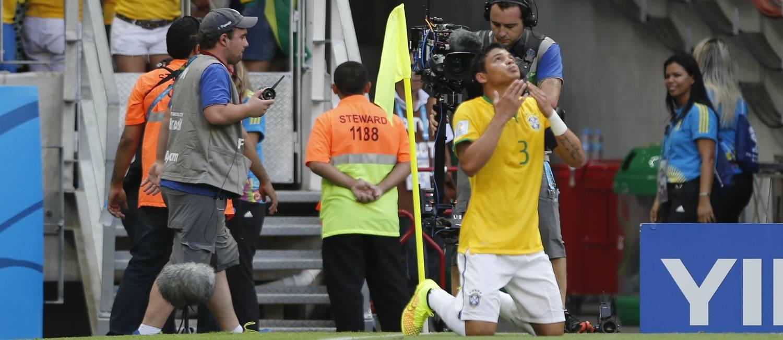 Imagem bonita do capitão: de joelhos, agradecendo aos céus pelo gol que marcou logo no início do jogo contra a Colômbia Foto: Alexandre Cassiano / Agência O Globo