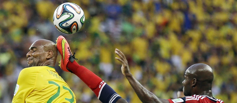O colombiano Victor Ibarbo acerta a cabeça de Maicon na disputa de bola Foto: Natacha Pisarenko / AP
