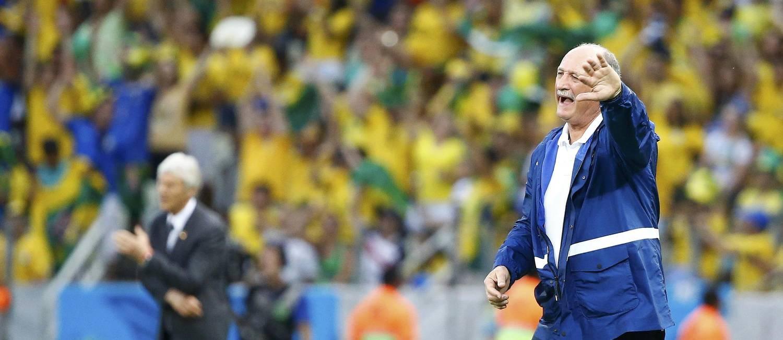 O técnico Luiz Felipe Scolari gesticula na beira do campo, no primeiro tempo: boa atuação do Brasil contra a Colômbia Foto: STEFANO RELLANDINI / REUTERS
