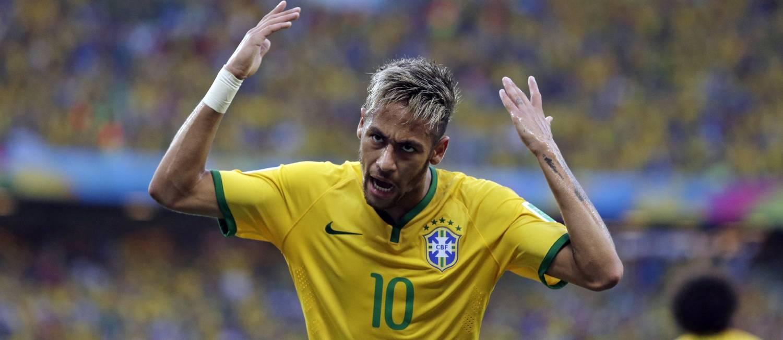 Neymar ergue os braços e pede que a torcida faça barulho no Castelão, em Fortaleza: Brasil x Colômbia Foto: Felipe Dana / AP