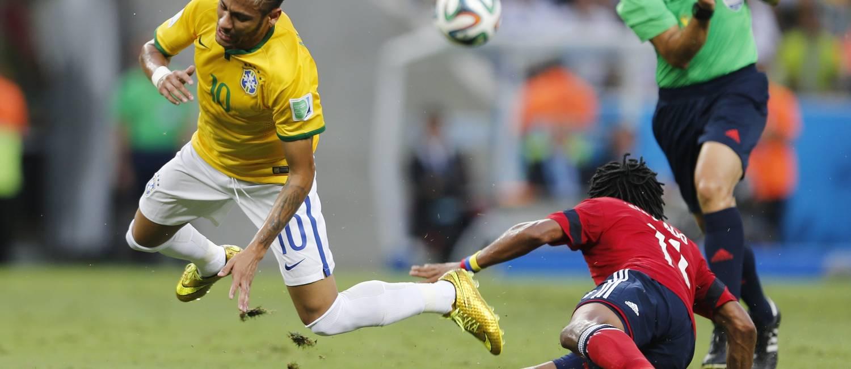 Neymar é derrubado quando partia para mais um ataque do Brasil Foto: Alexandre Cassiano / Agência O Globo