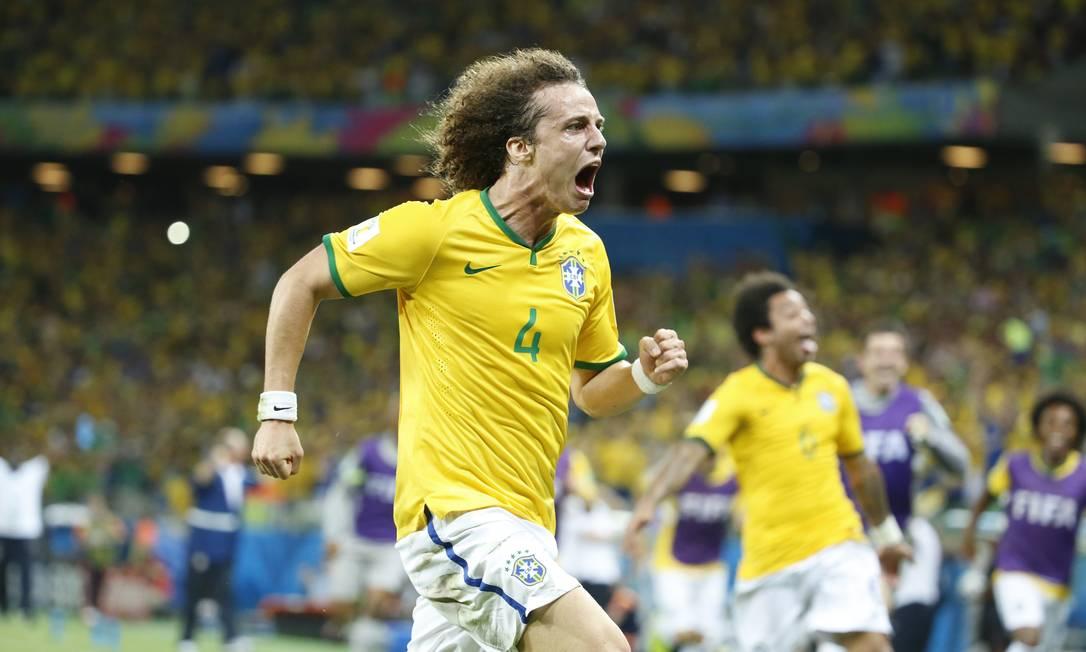 David Luiz corre para comemorar seu gol, o segundo do Brasil contra a Colômbia Foto: Ivo Gonzalez / Ivo Gonzalez