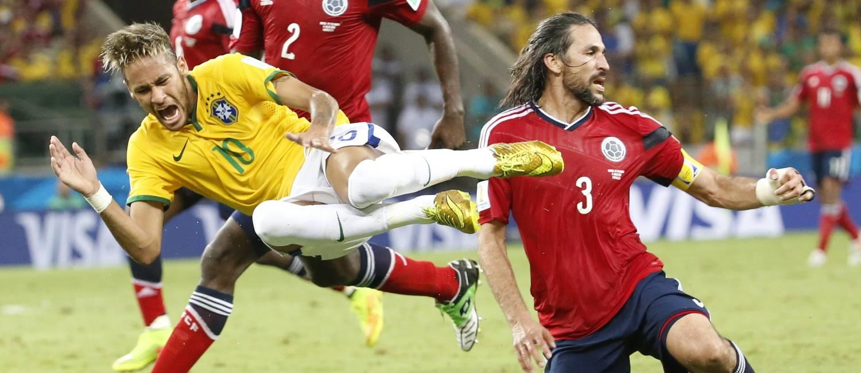 Neymar é derrubado pelo colombiano Zapata Foto: Ivo Gonzalez / .