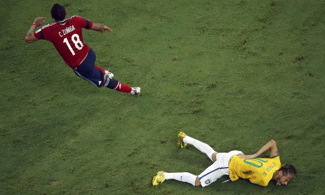 Neymar cai e grita de dor após levar uma joelhada nas costas dada pelo colombiano Zuñiga Foto: FABRIZIO BENSCH / REUTERS