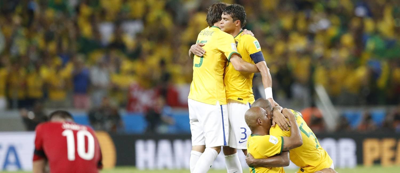 Jogadores brasileiros comemoram a vitória sobre a Colômbia e a classificação para a semifinal Foto: Guito Moreto / .
