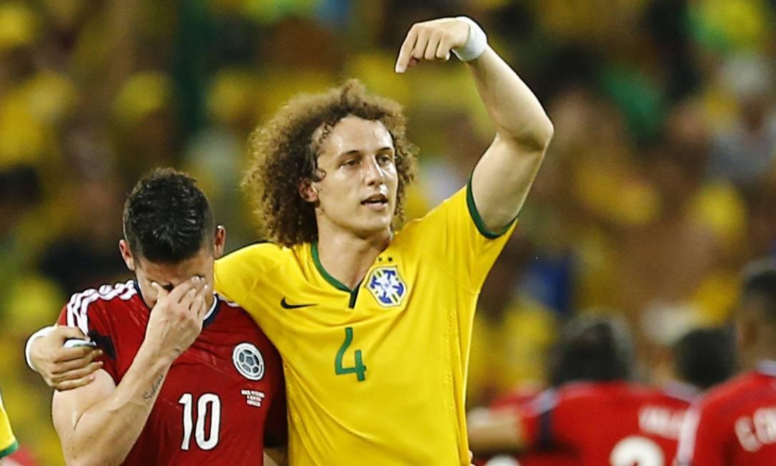 David Luiz consola o colombiano James Rodriguez após a vitória que colocou o Brasil nas semifinais Foto: MARCELO DEL POZO / REUTERS