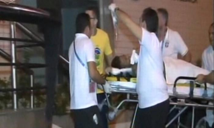 Neymar fratura uma vértebra e está fora da Copa do Mundo.