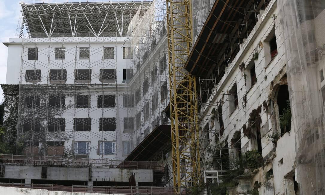 Com o abandono das obras em meados de 2013, a vegetação cresceu em parte do esqueleto do Hotel Glória Foto: Marcos Tristão / Agência O Globo