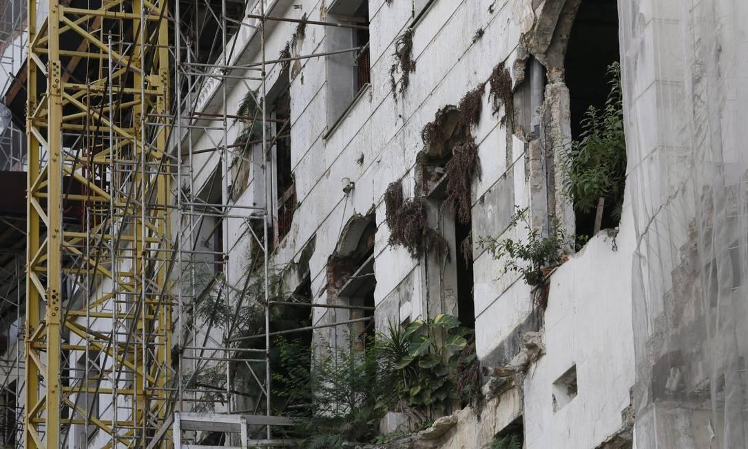 Dos tempos de pompa, do prédio em estilo clássico restou apenas uma 'casca' do Glória Foto: Marcos Tristão / Agência O Globo