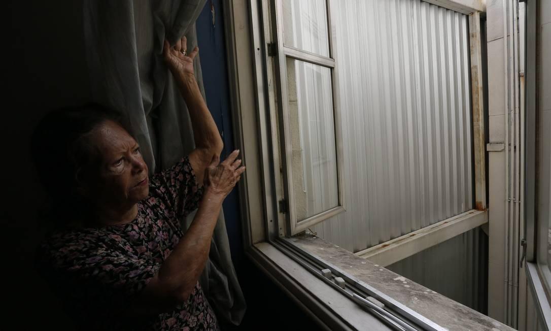A escritora Alice de Oliveira, que vive no 11º andar do Itacolomy, colado ao Glória, teve a vista encoberta por tapume Foto: Marcos Tristão / Agência O Globo