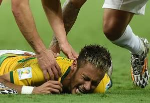 Neymar chora de dor após ser atingido nas costas durante a partida contra a Colômbia; jogador fraturou vértebra e está fora da Copa do Mundo Foto: EITAN ABRAMOVICH / AFP