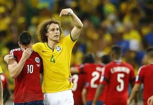 David Luiz pede aplausos para James Rodríguez após a vitória do Brasil sobre a Colômbia em Fortaleza. Craque colombiano foi o principal jogador do Mundial, e é o artilheiro com seis gols em cinco jogos Foto: MARCELO DEL POZO / REUTERS