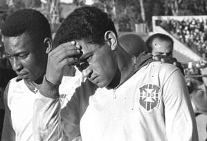 Ao lado de Garrincha, Pelé sai machucado no segundo jogo da Copa de 1962, contra a Tchecoslováquia Foto: Foto de arquivo/Agência O Globo