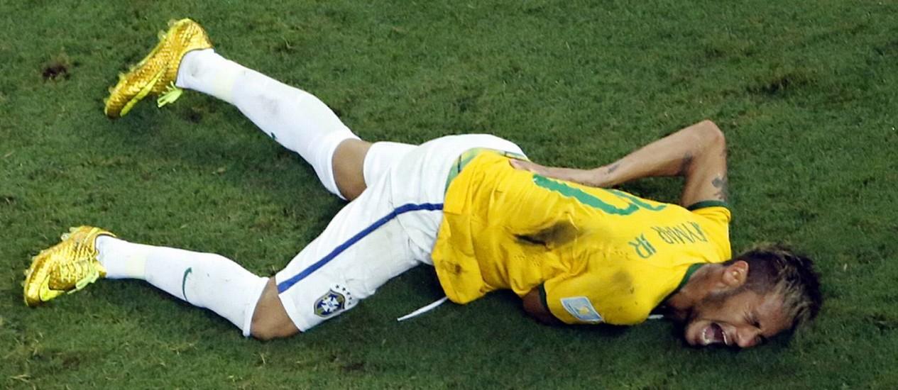 Neymar se contorce no chão após levar joelhada do colombiano ZúñigaFoto: Fabrizio Bensch / AP