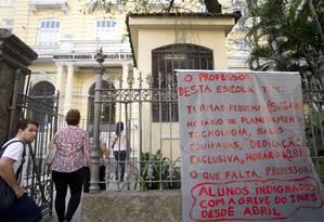 Por meio de cartazes, pais e alunos protestam contra a terceira greve em quatro anos no Ines Foto: Márcia Foletto / Agência O Globo