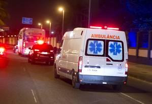 Neymar segue de ambulância para a Granja Comary, em Teresópolis Foto: Fernando Quevedo / O Globo