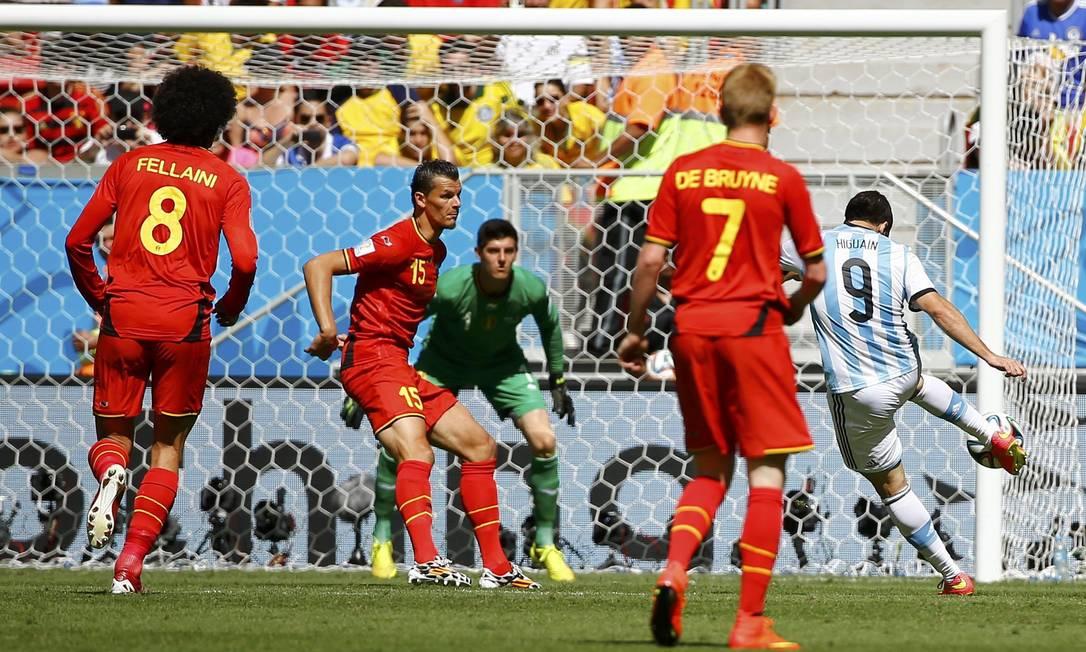 O argentino Higuain chuta e marca o primeiro gol da Argentina contra a Bélgica Foto: DAMIR SAGOLJ / REUTERS