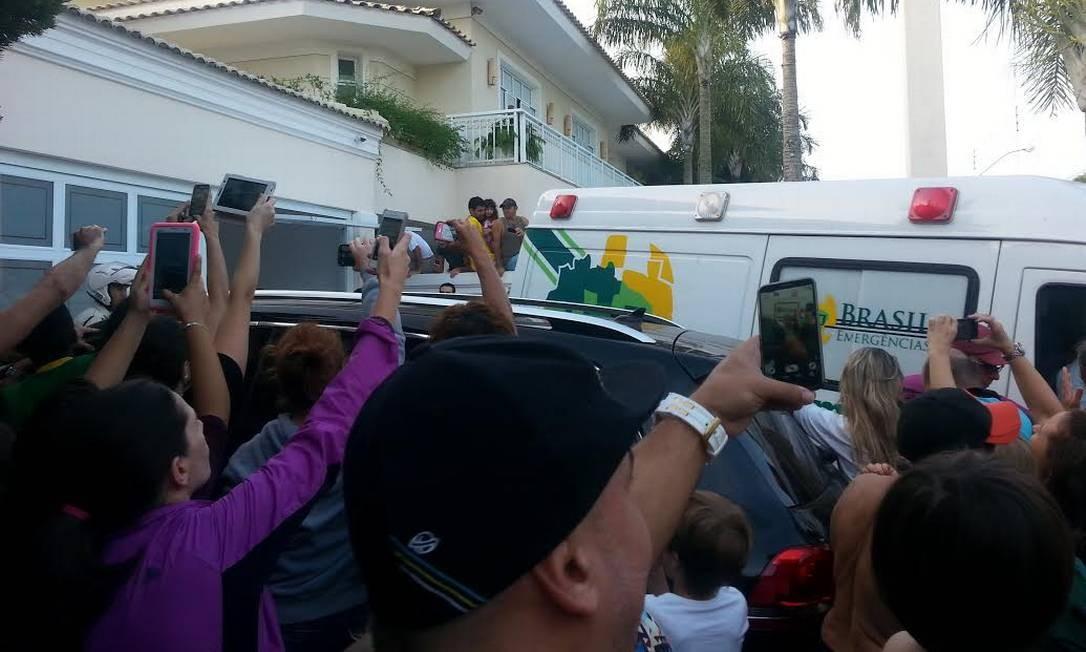 Neymar chega de ambulância em Guarujá Foto: Carol Knoploch / O Globo